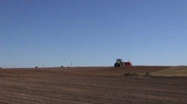 Moderní zemědělství traktor setí obilí plodin šití na statku pole — Stock video