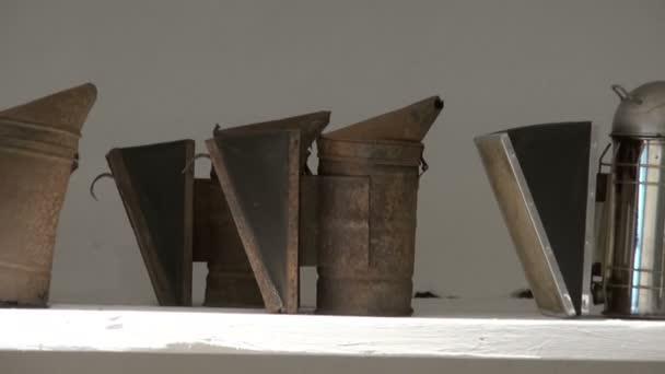 Edad abeja fumadores y otro viejos de apicultura en Museo — Vídeo de stock