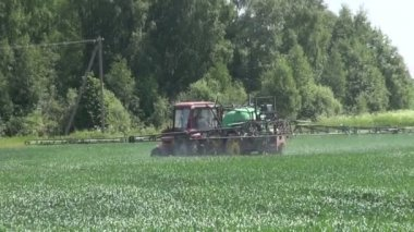 Tractor spray fertilize crop field with pesticide insecticide herbicide — Stock Video