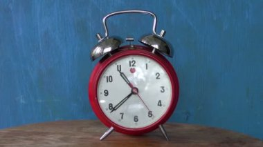 Classic  analogue red alarm clock arrow motion — Stock Video
