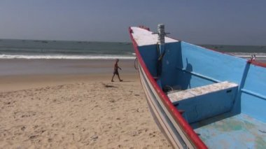 People and boat on Arabian sea beautiful resort beach in Goa, Panaji — Video Stock