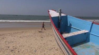 Pessoas e barco na praia de bela estância do Mar Arábico em Goa, Panaji — Vídeo stock