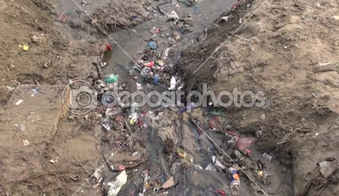 Polluted  open sewerage channel on Ganges river coast in Varanasi, India — Vídeo de Stock