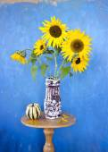 Beautiful summer sunflowers in old ceramic vase — Stock Photo