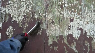 Scrape old aged paint from wooden wall with metal brush — Stock Video