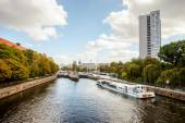 Berlin - Germany - September 27 : One of the cruise ships sailing on river Spree in Berlin is waiting for lackage near to Muhlendamm Schluese - water lock — Foto Stock