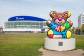 "Berlin - Germany  - September 29, 2014. General view of O2 World - Arena. Place for sport events, concerts.  In the foreground big modern sculpture ""Best Buddies Friendship Bear"" made by Romero Britto — Stock Photo"