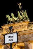 Berlin - Germany  - September 29, 2014. Close-up on Quadriga located on top of Brandenburg Gate in Berlin, Bermany. Night picture of Quadriga with dark, black sky. Pariser Platz (Paris Square) — Foto de Stock
