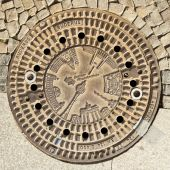 Berlin - Germany - September 29, BERLIN - GERMANY - SEPTEMBER 29. Manhole enter with drawings of most Berlin monumental architecture. Berlin - Germany - September 29, 2014 — ストック写真