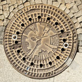 Berlin - Germany - September 29, BERLIN - GERMANY - SEPTEMBER 29. Manhole enter with drawings of most Berlin monumental architecture. Berlin - Germany - September 29, 2014 — Foto Stock