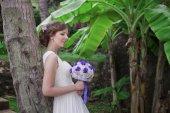 Bride in magic tropikal garden, Thailand — Zdjęcie stockowe
