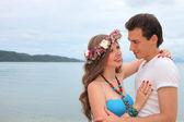 любовь пары. парень и девочка в море. — Стоковое фото