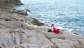 Couple in love on a cliff, the ocean shore — Stock Photo