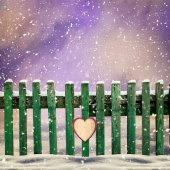 Snow-covered wooden fence with  paper heart — Foto de Stock