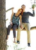 外の若い美しい幸せなカップルの肖像画 — ストック写真
