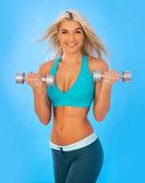 Joven atlética hacía ejercicios con pesas — Foto de Stock