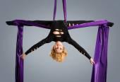 Schöne tänzerin auf aerial silk, aerial kontorsion, aerial bänder, aerial seide, aerial gewebe, gewebe, multifunktionsleiste, gewebe — Stockfoto