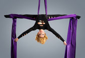 Beautiful dancer on aerial silk, aerial contortion, aerial ribbons, aerial silks, aerial tissues, fabric, ribbon, tissue — Stock Photo
