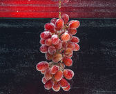 Bunch of red grapes dropped into water — Stock Photo