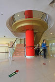 City indoor glass rotary stairs — Stockfoto