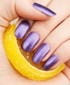 Fingers with a manicure and marmalade — Stock Photo