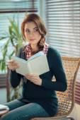 Jeune femme lisant — Photo