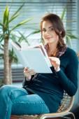 Giovane donna che legge un libro — Foto Stock