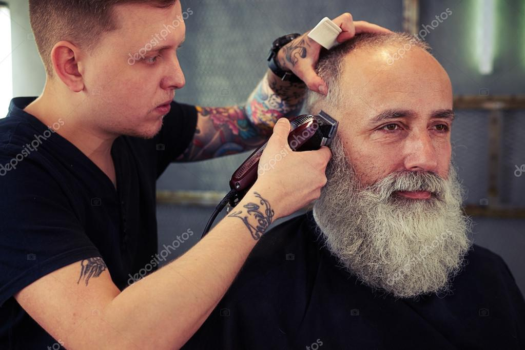 coiffeur avec tatouage permettant la coupe de cheveux pour. Black Bedroom Furniture Sets. Home Design Ideas