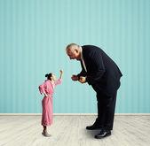 Man screaming at small woman — Stock Photo