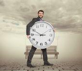 Büyük saat ile genç adam — Stok fotoğraf
