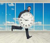 Erstaunt Mann mit großen weißen Uhr — Stockfoto