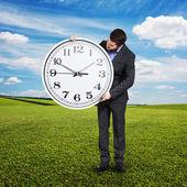 Man tittar på stor klocka på utomhus — Stockfoto