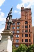 Памятник Мезоннёв и здания в Монреале, Нью-Йорк жизни можно — Стоковое фото