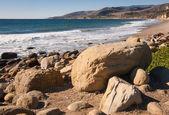 Rotsachtige oceaan kust — Stockfoto