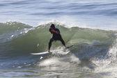 Athlete surfing on Santa Cruz beach in California — Zdjęcie stockowe