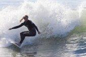 Athlete surfing on Santa Cruz beach in California — Стоковое фото
