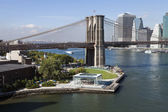 The New York Downtown w Brooklyn Bridge and Brooklyn park — Stock Photo