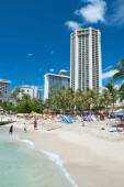 Tourist sunbathing and surfing on Waikiki beach on Hawaii Oahu — Stock Photo
