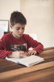 Junge, die hausaufgaben — Stockfoto