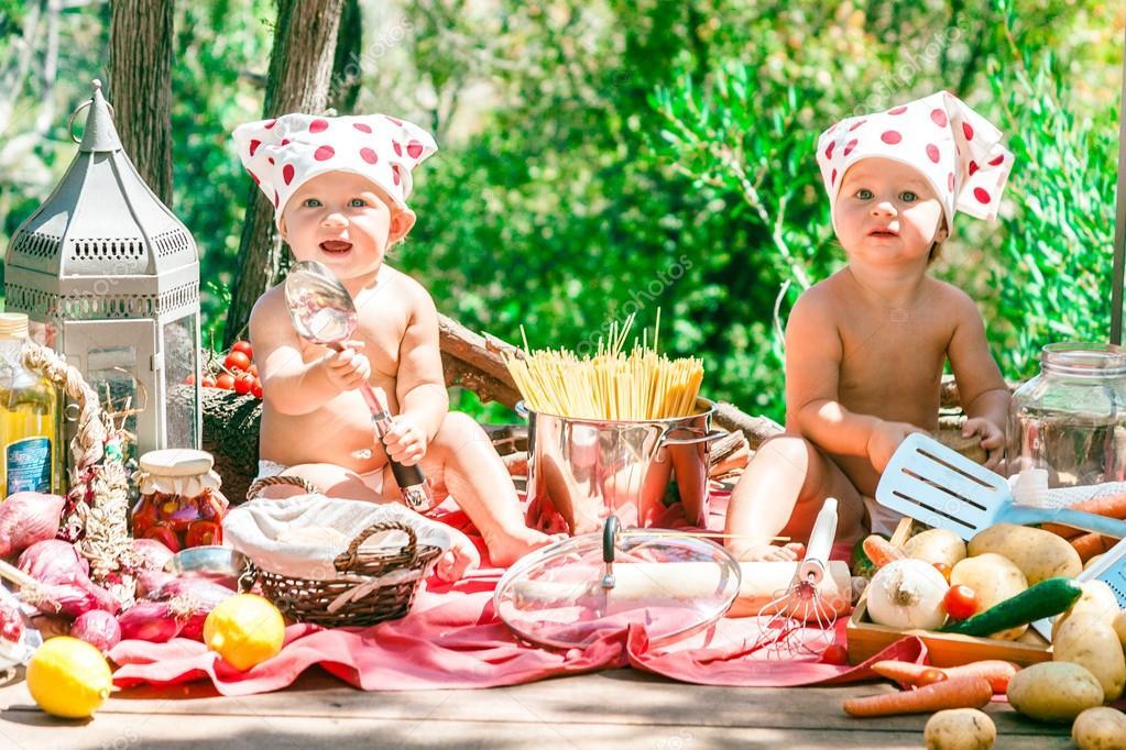 Gl ckliche kinder kochen lustige kinder im freien spielen for Kochen im sommer
