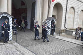 Changing of the guard at the entrance to Prague Castle — Stock Photo