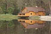 Casa de madera en el bosque — Foto de Stock