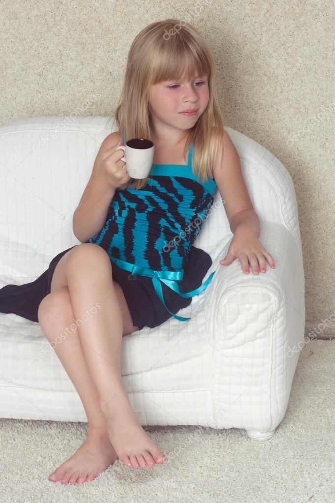 m dchen 5 jahre sitzen auf einem sofa mit tasse stockfoto victoshafoto 52160175. Black Bedroom Furniture Sets. Home Design Ideas