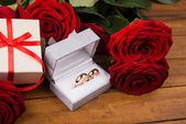 Romantic red roses with golden rings — Foto Stock