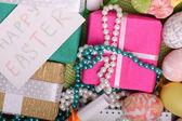 Pasen achtergrond met eieren en doos van de gift — Stockfoto