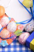 Настройка Пасха с подарочные коробки и весной украшения — Стоковое фото