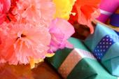 Present gift box and flower bouquet on silk — Stock Photo