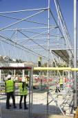 Arbetare på en byggnadsställning — Stockfoto
