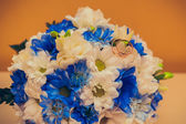 Wedding rings lie on a bouquet  — Stock Photo
