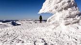 Climber on frozen mountain top — Foto de Stock